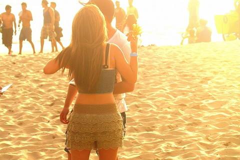 夏になったので海辺にデートに来たカップル