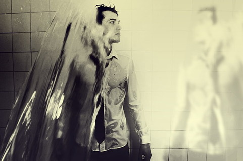 身だしなみを整えるために全身きれいに洗う男性