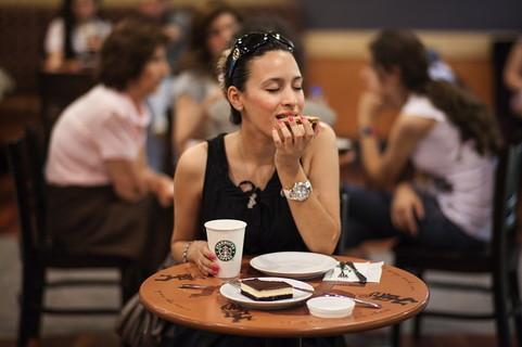 外食ばかりで自炊をせず生活感の感じられない30代女性