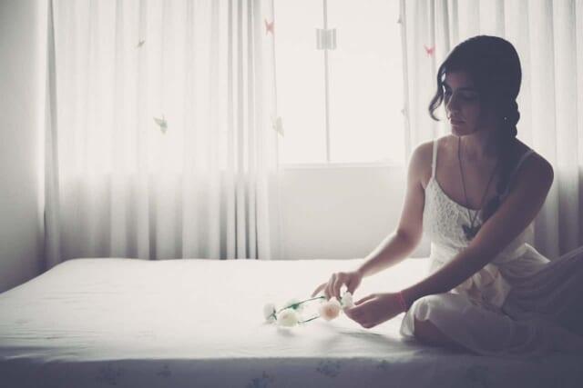 男性のためにベッドを整えて待っている都合よく扱われてしまっている女性