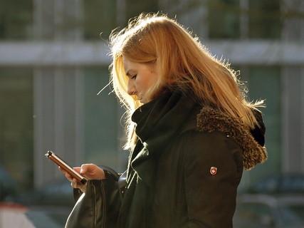 片思い中の男性からの連絡が欲しくて一方的に連絡をしてしまう女性