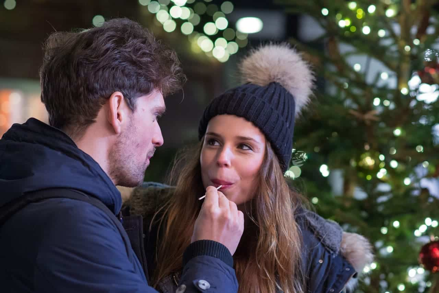 クリスマスのデートで男性の真剣さをチェックしている女性