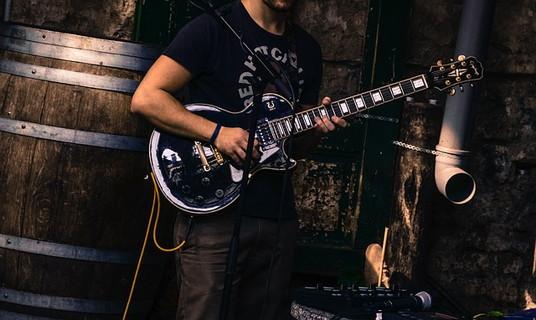 ギタープレイヤーの魅力的なおじさん