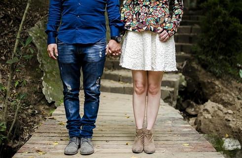 ステキなおじさんと若い女性の幸せそうなカップル