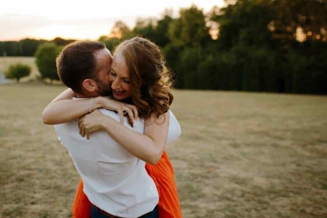 念願の彼氏が出来て幸せそうな女性