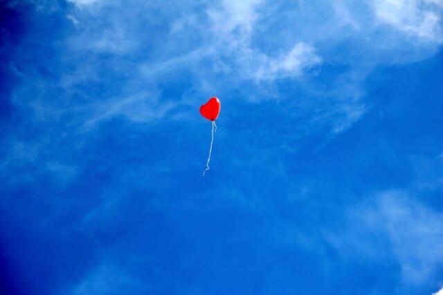 自由に空を飛ぶB型女性のようなひとつの風船