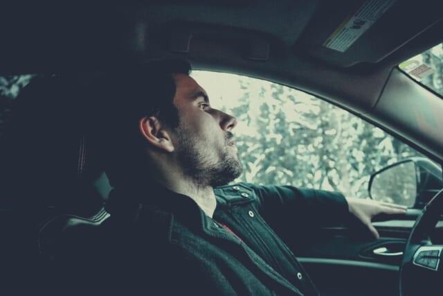 女性からの誘いで休日にドライブデートをするカップル