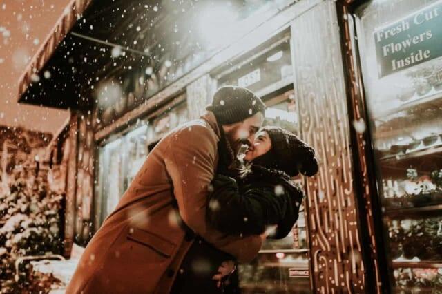 クリスマスを一緒に過ごせることの感謝の気持ちを伝えあうカップル