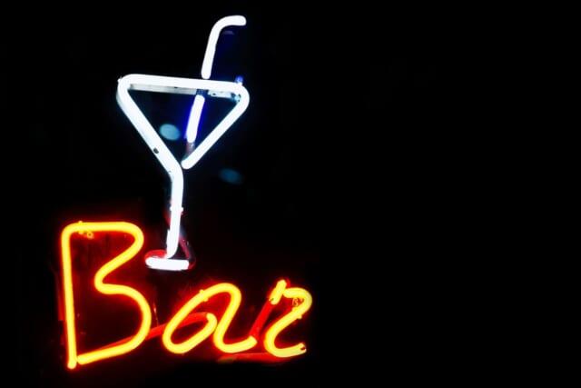 男性とサシ飲みに来て2軒目はバーに誘って欲しいと思っている女性のイメージ