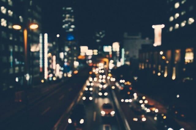 恋のチャンスを巡り男女が行き交う夜の街