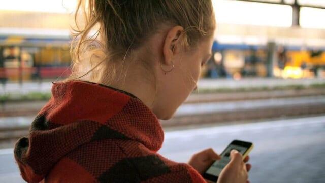 届いたLINEのメッセージを確認するだけで既読無視をする女性