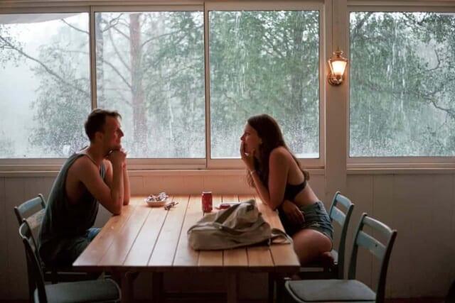 話しが合う女性と会話を楽しむ男性