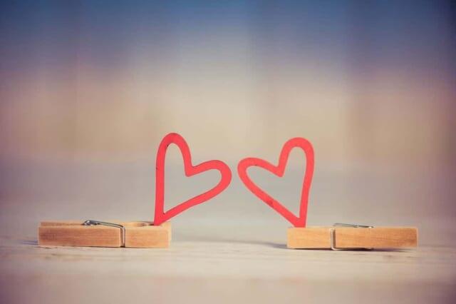 恋愛感情をコントロールできるようになって幸せそうな男女のイメージ