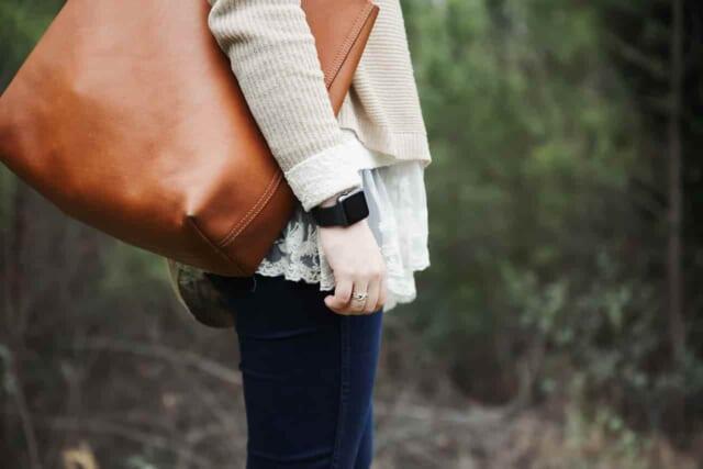 お泊りデートの持ち物をコンパクトにまとめ鞄一つに収めた女性