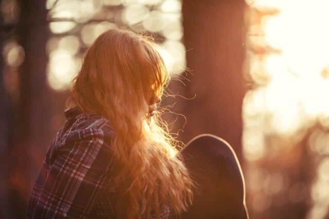 付き合っている彼氏にむかついて悲しくなっている女性