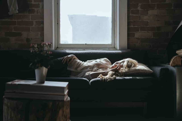 自分勝手な理由でデートをドタキャンしてゆっくり昼寝をしている女性