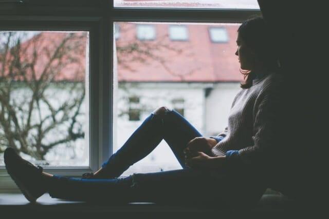 失恋から立ち直りたいけど立ち直る方法がわからないでいる女性