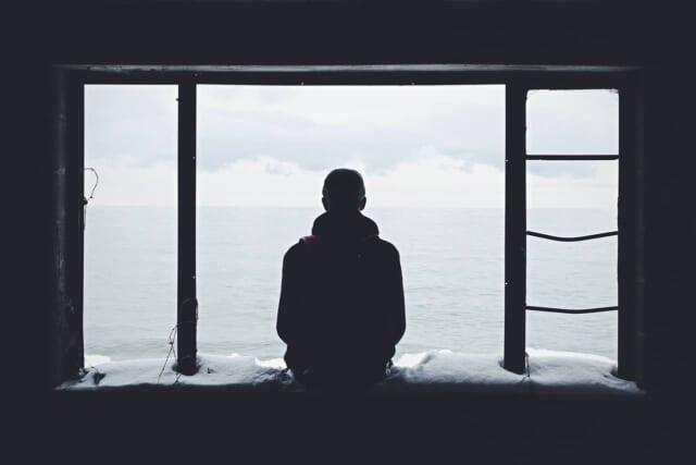 失恋から立ち直るまでに時間がかかってしまってい落ち込んでいる男性