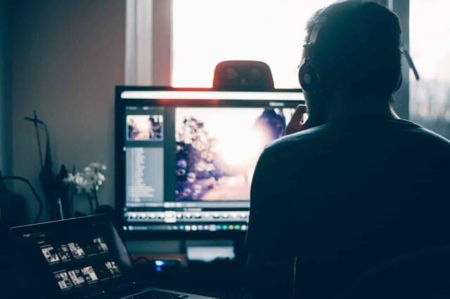 オンラインゲームをしながらオンラインでデートをしている男女
