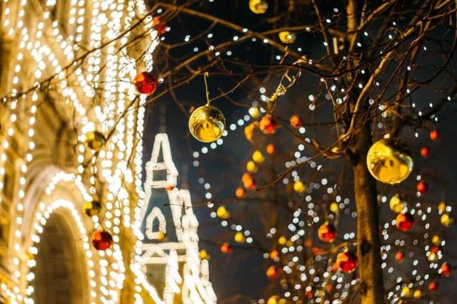 クリスマス前の賑わっている街の様子