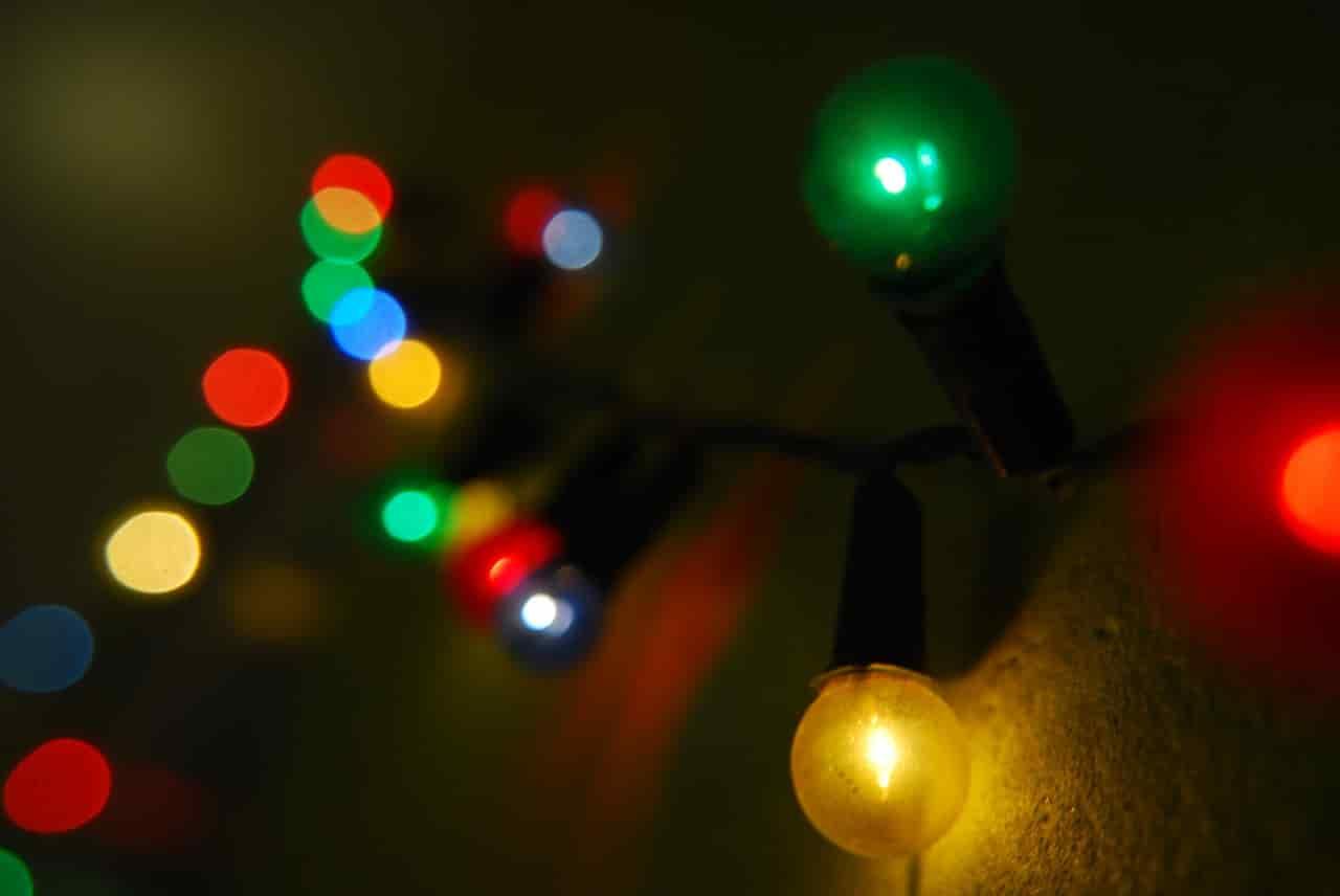 クリスマスにひとりぼっちで過ごす女性を照らす寂し気なイルミネーション