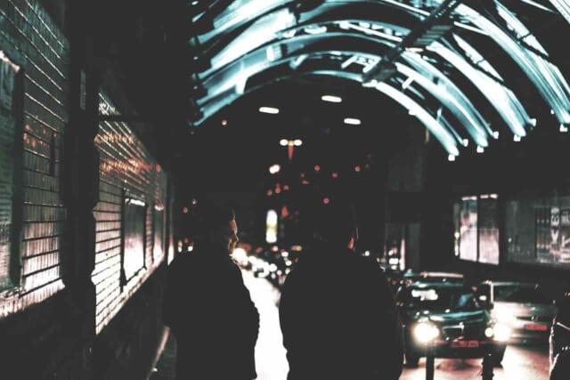 クリスマスをひとりで過ごす女性が街で見かけたデートをする彼氏彼女の様子