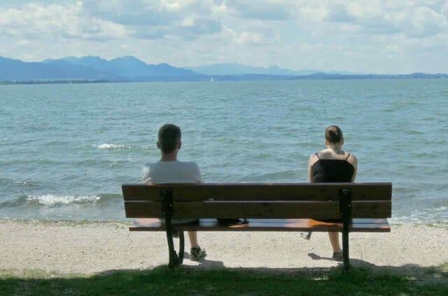 好きバレして好きな人に避けられてる女性と女性の好意に気づいて急に避ける男性