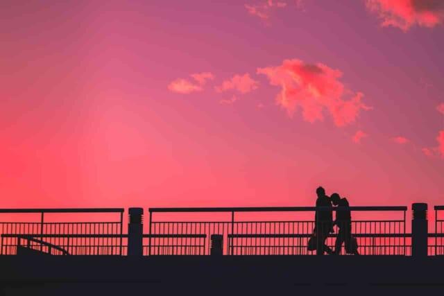 好きな人につい特別な行動をしてしまう男性と女性がデートをしている風景