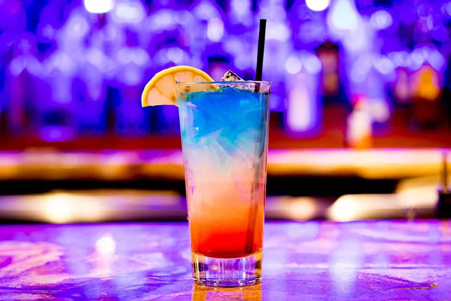 バーにデートで訪れた男性が注文した一杯のカクテル