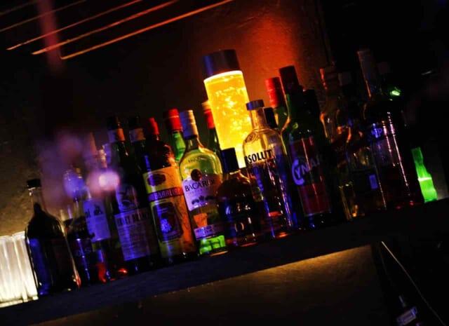 バーのバックバーに並ぶかっこいいウイスキー