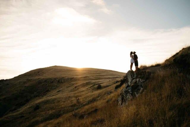 密が回避できる場所でデートしているカップル