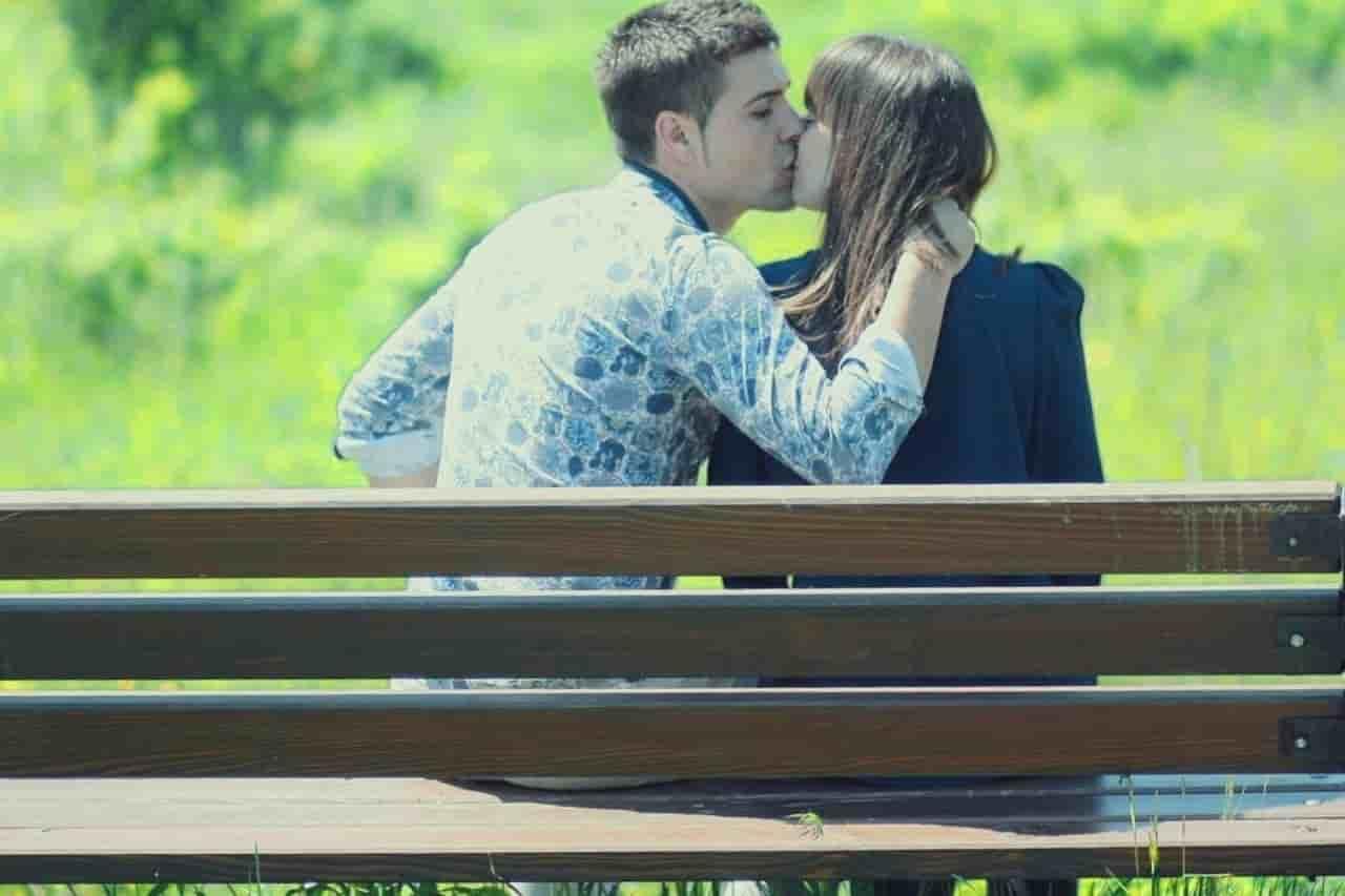 付き合う前にキスをする女性と男性