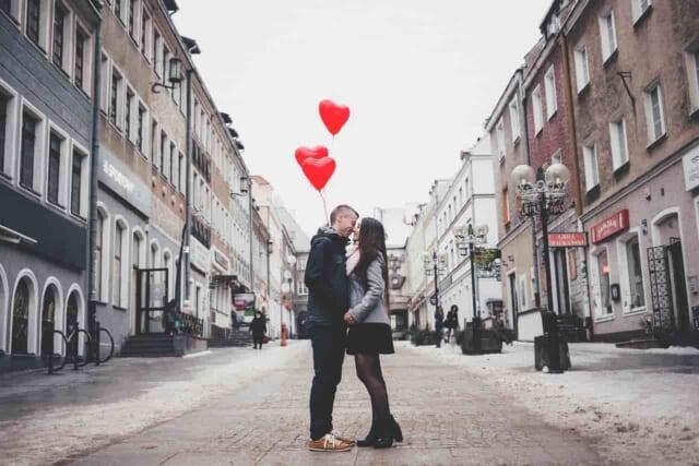 女性からからキスしてほしい心理とタイミングを見極めようとする男性とキスされたい女性